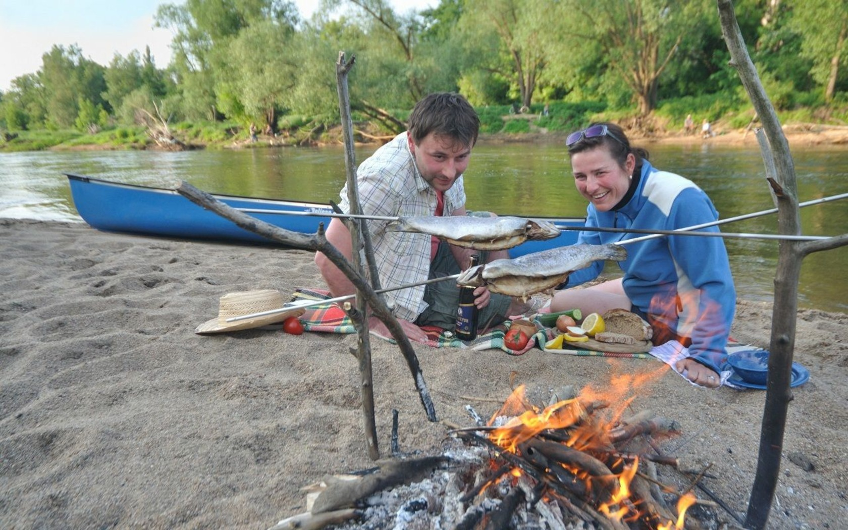 Fisch grillen am Lagerfeuer - Tourismusverband Niederlausitz; Foto_Nada Quenzel