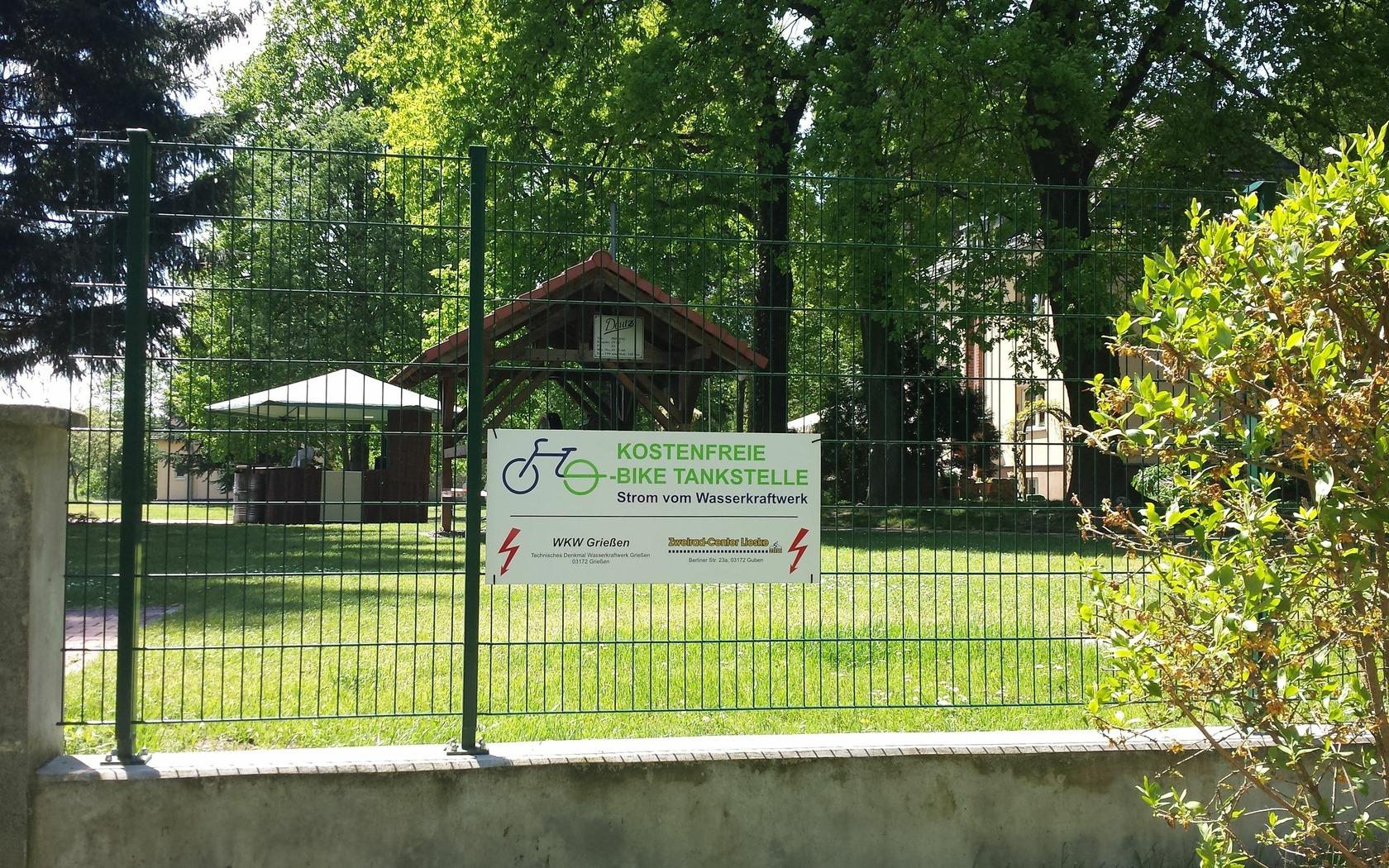 E-Bike-Ladestation am Wasserkraftwerk Grießen, Foto: Tourismusverband Niederlausitz e.V.
