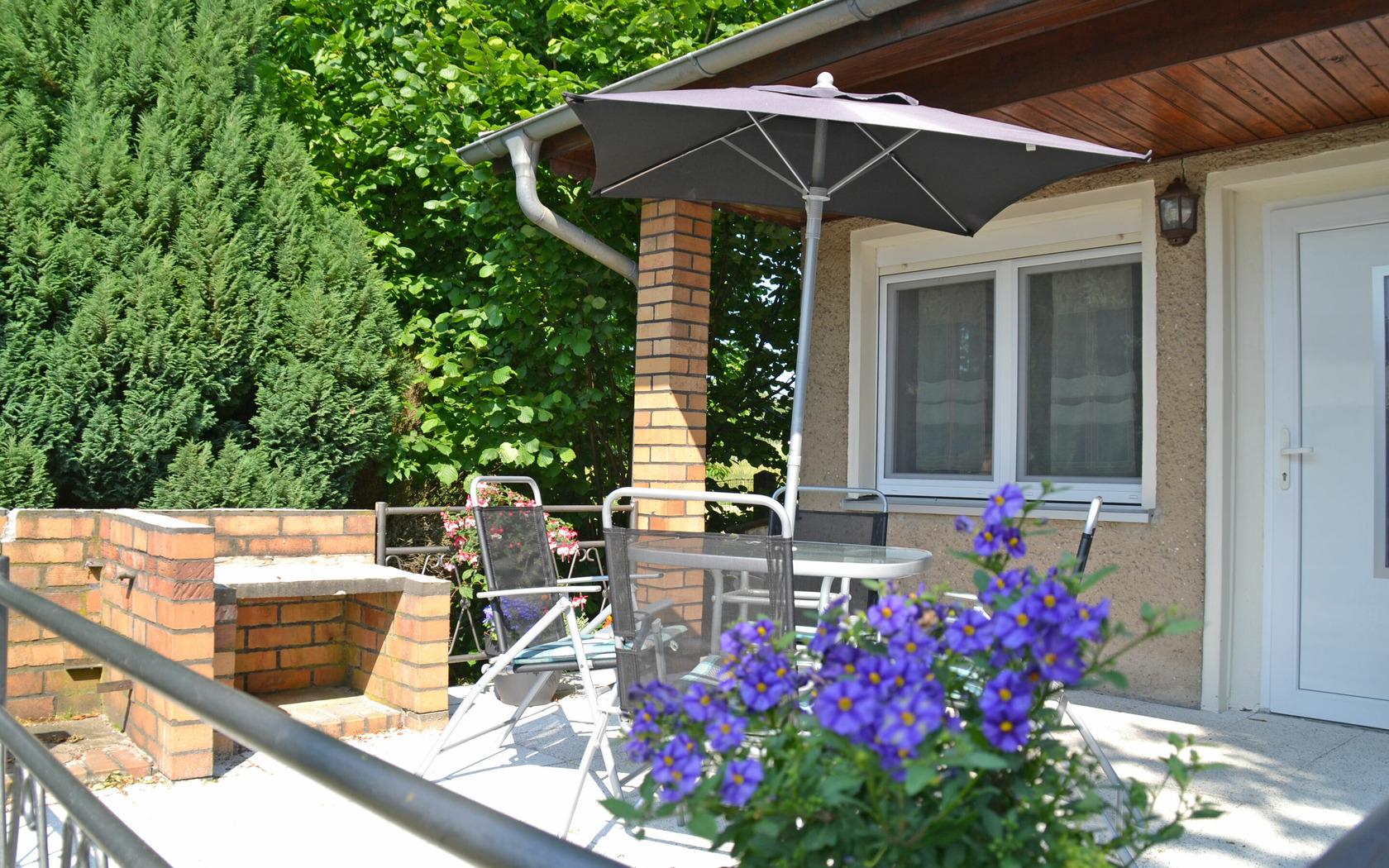 Aussenansicht/ Terrasse Ferienhaus Gartenidyll, Foto: MuT Guben