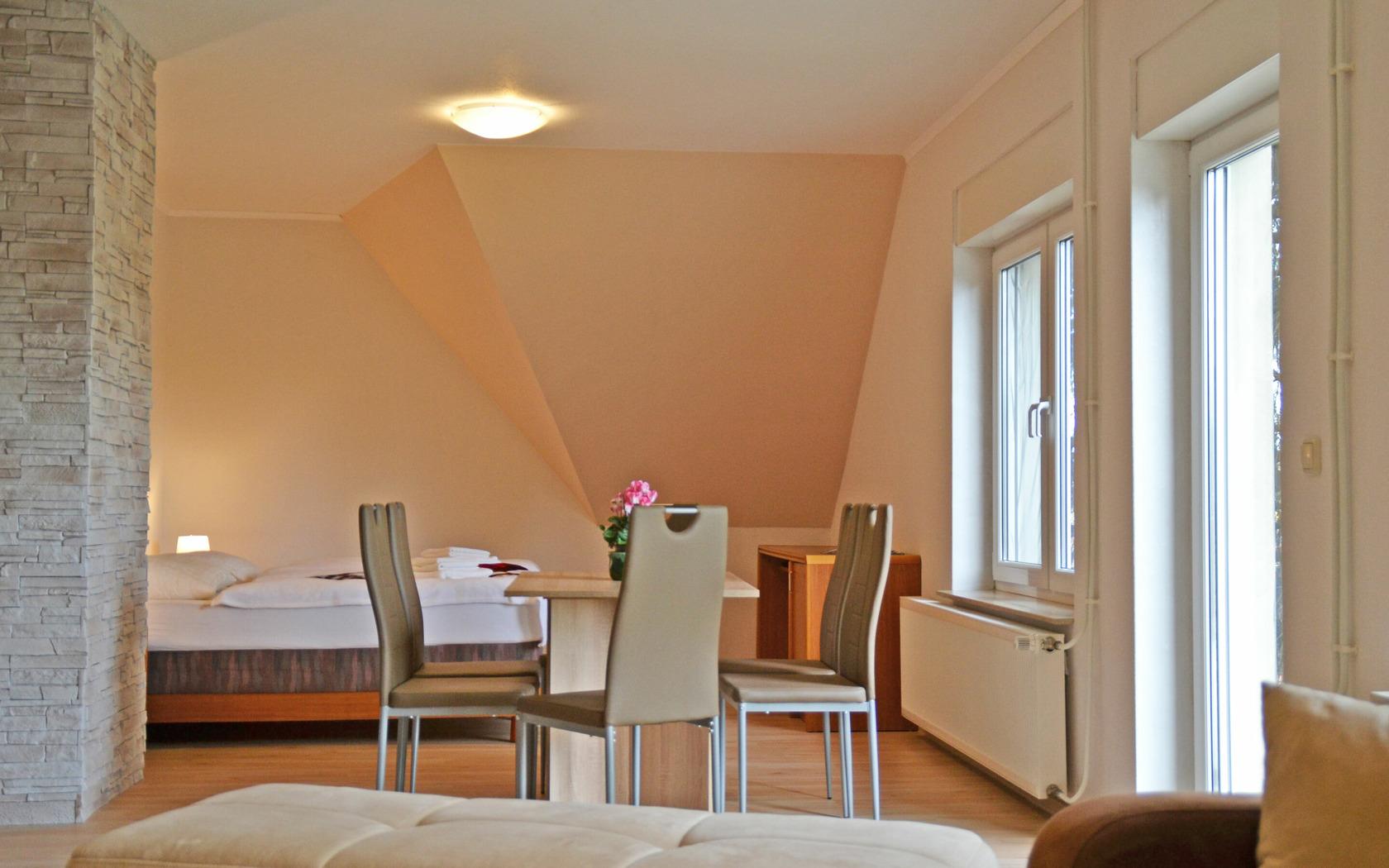 Ferienwohnung Wiesenblick Wohn-/Schlafbereich, Foto: MuT Guben