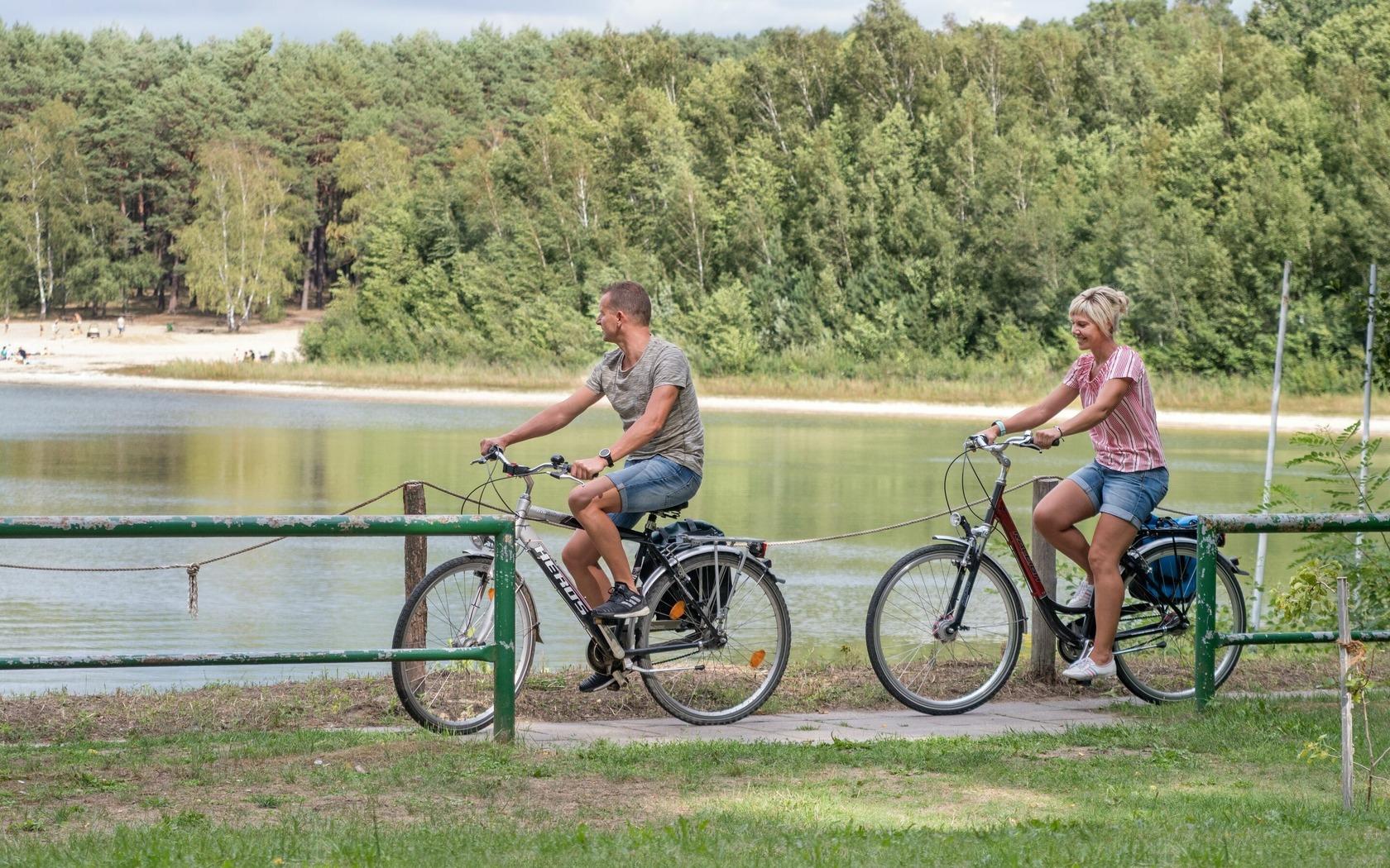 Radfahrer am Deulowitzer See, Foto: Nada Quenzel, Lizenz: Tourismusverband Lausitzer Seenland e.V.